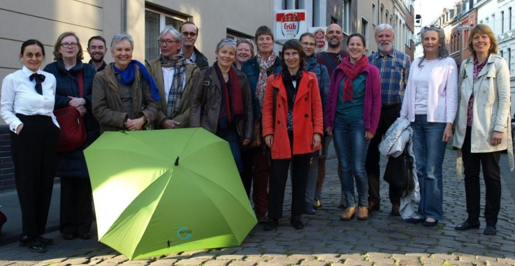 """Einige unserer über 70 Mitglieder """"präsentieren"""" den BVGD-Schirm"""